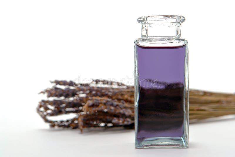 Bottiglia di olio essenziale di Aromatherapy in una stazione termale fotografia stock