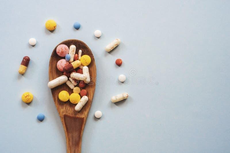 Bottiglia di pillola su fondo blu per uso nelle presentazioni, manuali di istruzione, progettazione immagine stock libera da diritti