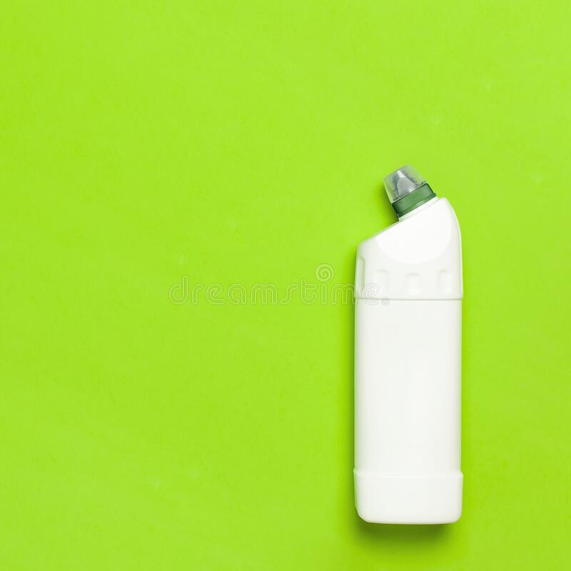 Bottiglia di plastica bianca per detersivo liquido, detergente, candeggina, gel antibatterico con estratto vegetale naturale e fo fotografia stock