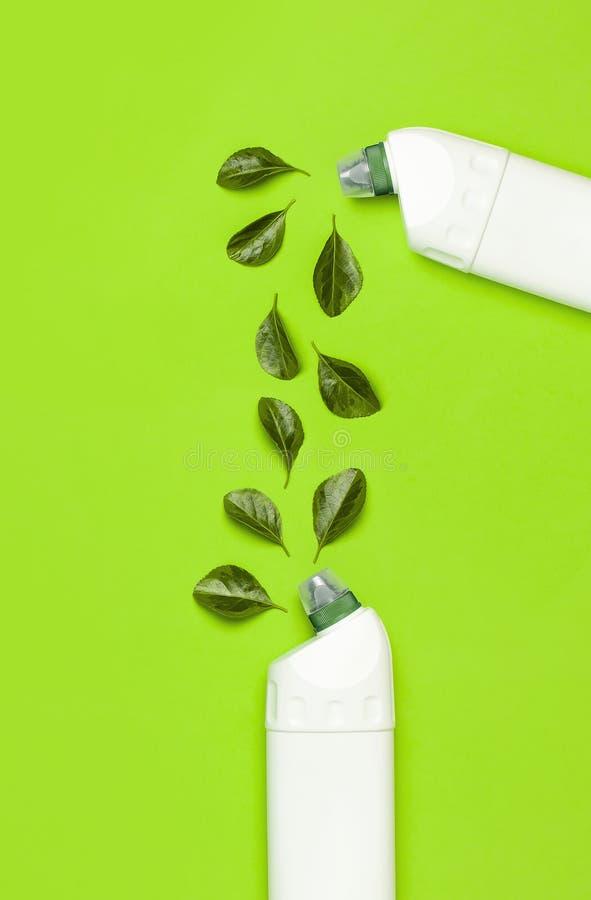Bottiglia di plastica bianca per detersivo liquido, detergente, candeggina, gel antibatterico con estratto vegetale naturale e fo immagini stock