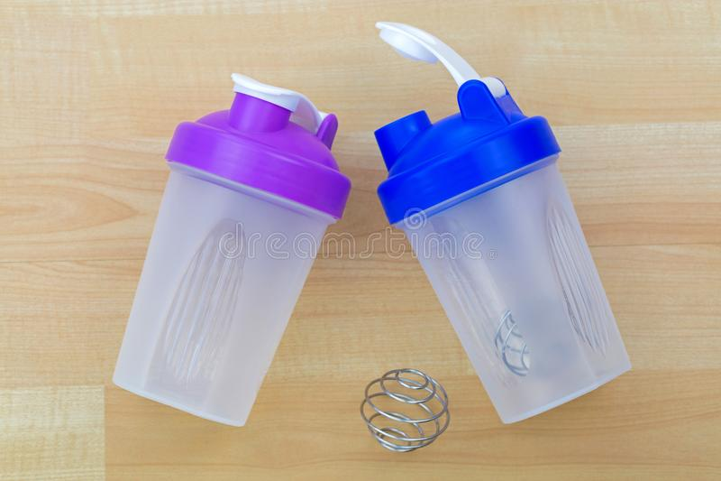 Bottiglia di plastica del miscelatore di scossa della proteina con la spirale s dell'agitatore del metallo fotografia stock