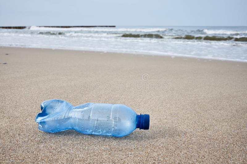 Bottiglia di plastica lasciata su una spiaggia fotografia stock