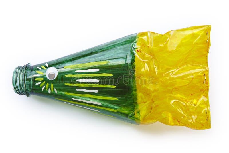 Bottiglia di plastica riciclata nella una figura del pesce Immondizia di riutilizzazione immagine stock libera da diritti