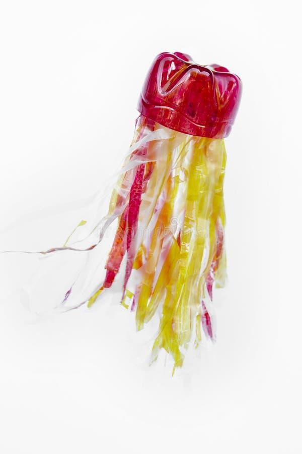 Bottiglia di plastica riciclata nella una figura delle meduse Immondizia di riutilizzazione fotografia stock