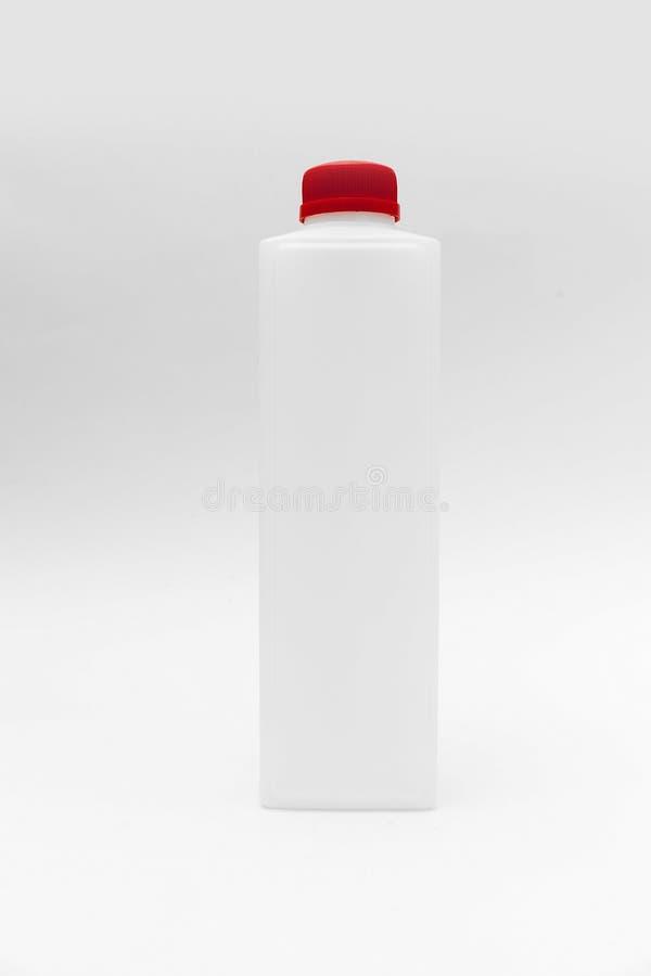 Bottiglia di plastica su priorità bassa bianca fotografie stock libere da diritti