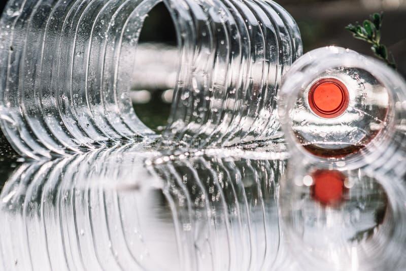 Bottiglia di plastica trasparente e riflessione sull'acqua immagini stock libere da diritti