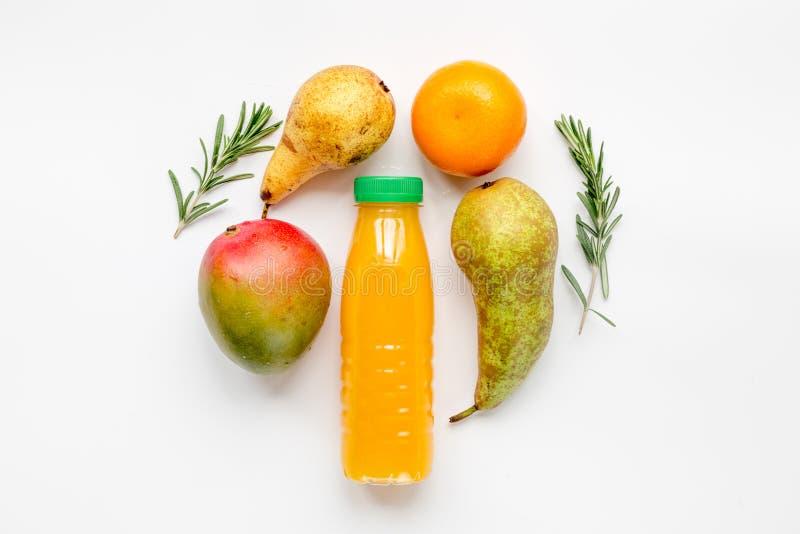 Bottiglia di plastica variopinta con frutta sul modello bianco di vista superiore del fondo immagine stock libera da diritti