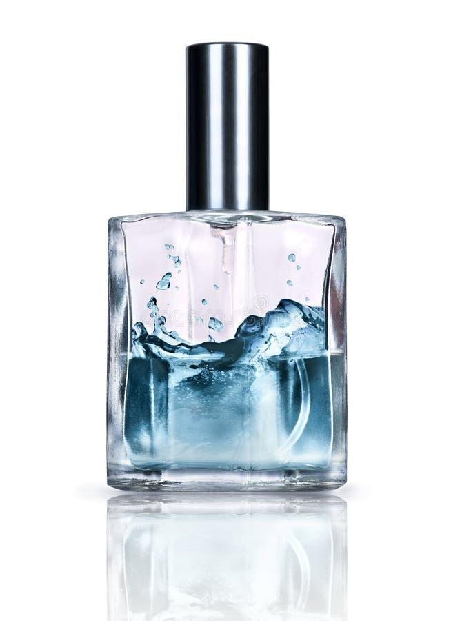 Bottiglia di profumo con essenza di rinfresco isolata su bianco fotografia stock libera da diritti