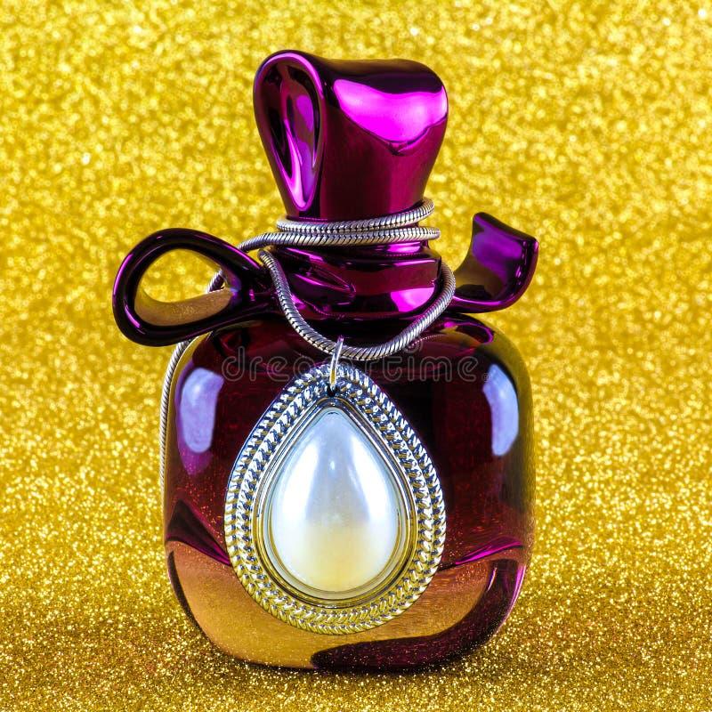 Bottiglia di profumo con i gioielli dell'argento e della perla fotografie stock libere da diritti