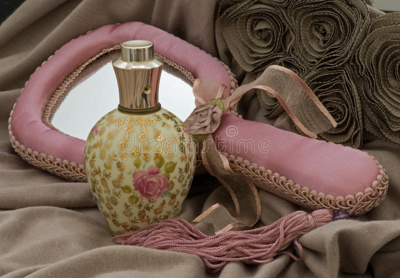 Bottiglia di profumo della rosa con lo specchio la camicetta di mano immagine stock immagine - La mano sullo specchio ...