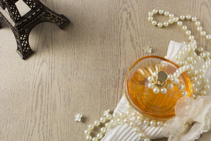 Bottiglia di profumo di eleganza con le perle bianche fotografia stock