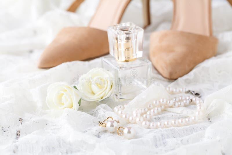 Bottiglia di profumo per la sposa e lo sposo Bellezza del accessorie di nozze fotografia stock libera da diritti