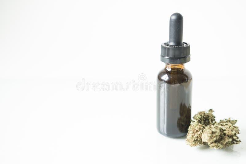 Bottiglia di tintura con il germoglio ed il contagoccia della cannabis fotografia stock