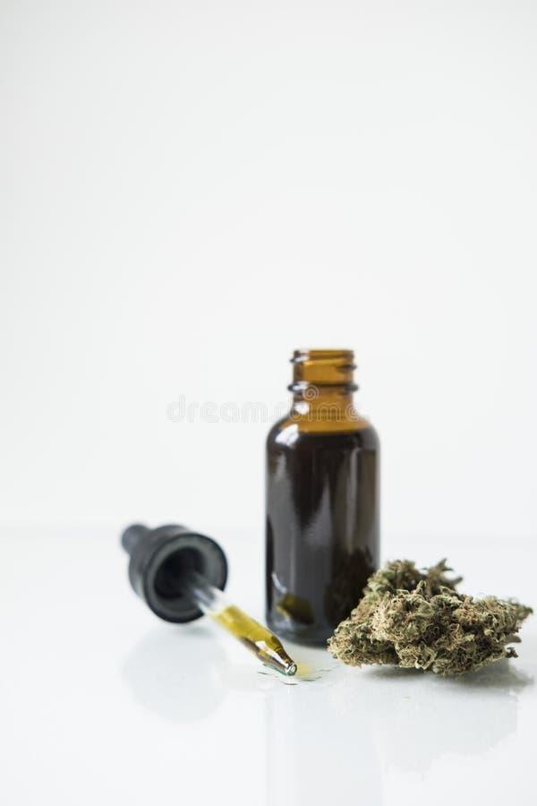 Bottiglia di tintura con il germoglio ed il contagoccia della cannabis immagine stock libera da diritti