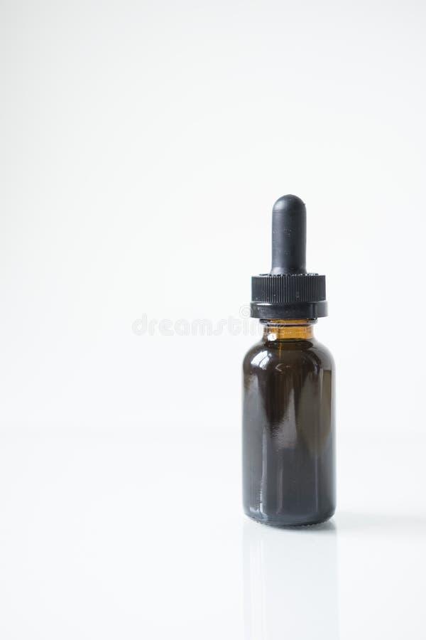 Bottiglia di tintura isolata con la riflessione immagini stock