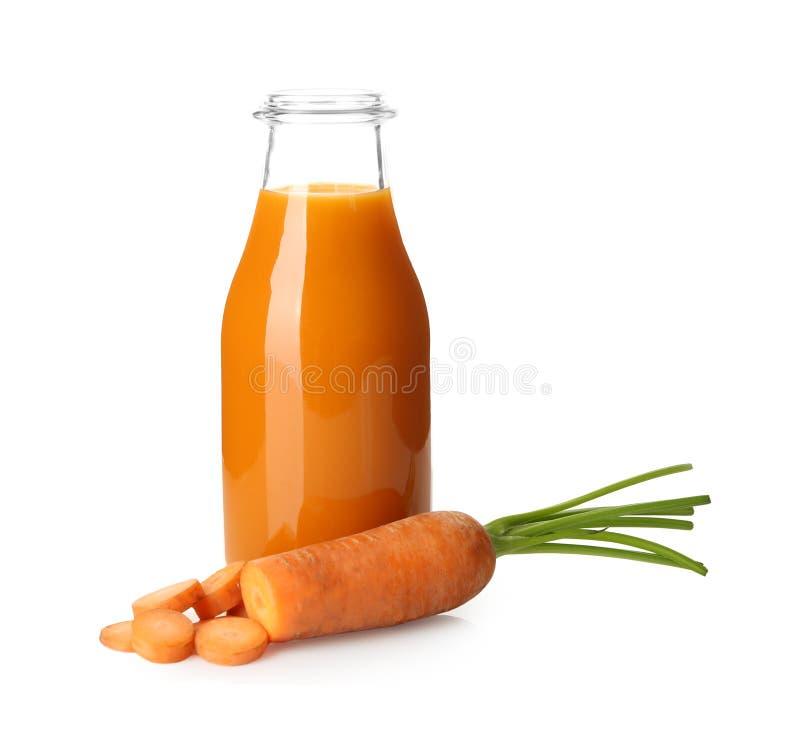 Bottiglia di vetro del succo di carota casalingo immagine stock libera da diritti