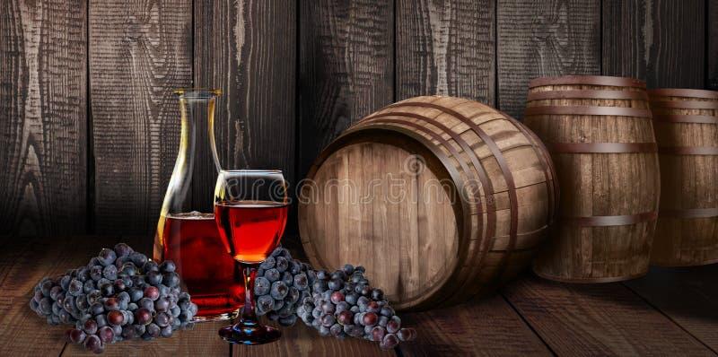 Bottiglia di vetro del vino rosso con il barilotto sul legno della vigna immagini stock