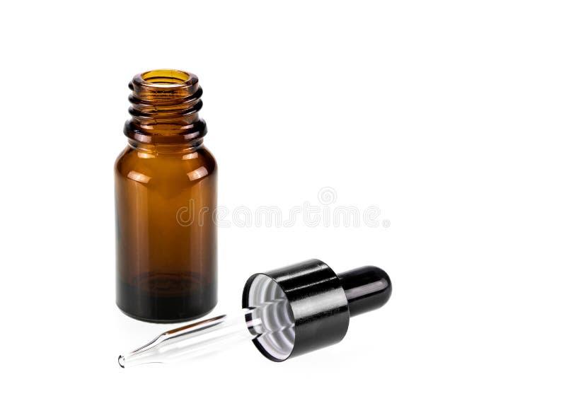 Bottiglia di vetro marrone d'imballaggio in bianco del siero del contagoccia fotografia stock libera da diritti