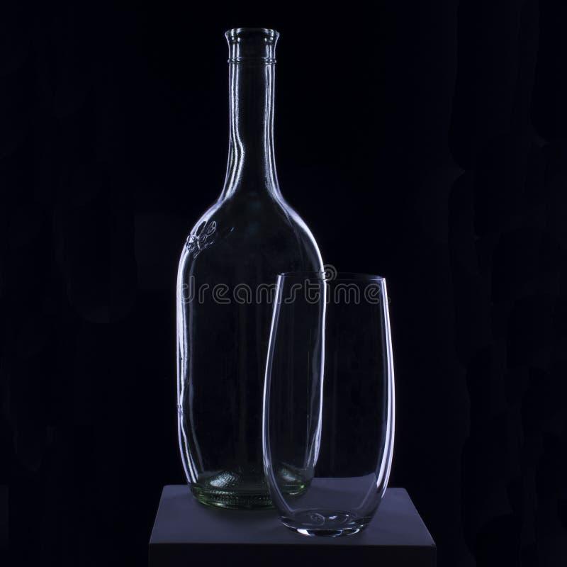 Bottiglia di vetro su un fondo nero immagini stock
