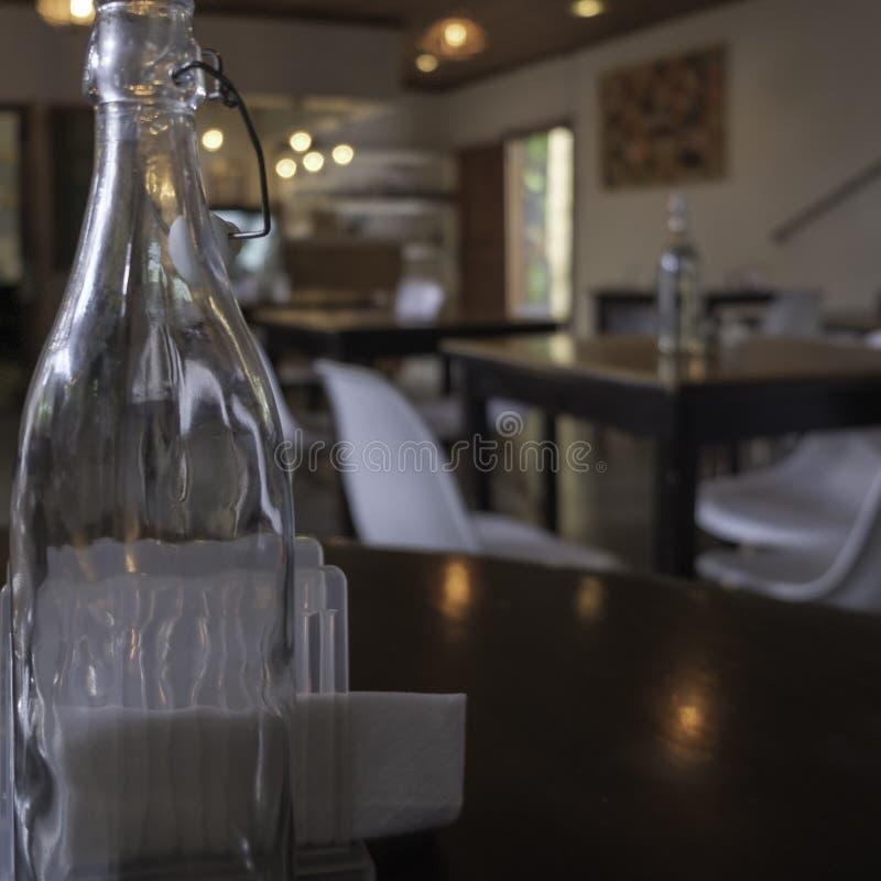 Bottiglia di vetro su una tavola fotografia stock libera da diritti