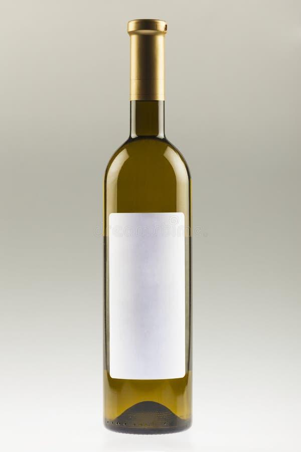 Bottiglia di vino bianco con il contrassegno vuoto immagine stock libera da diritti