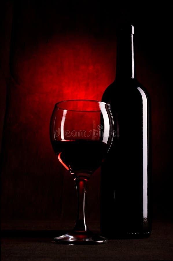 Bottiglia di vino con i vetri fotografia stock