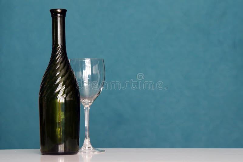Bottiglia di vino con il bicchiere di vino fotografie stock