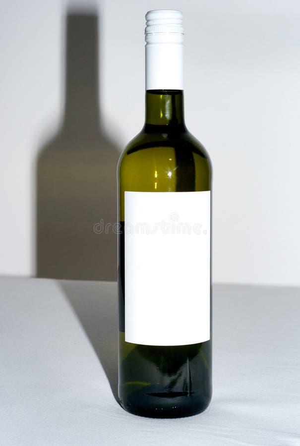 Bottiglia di vino con il contrassegno in bianco immagine stock