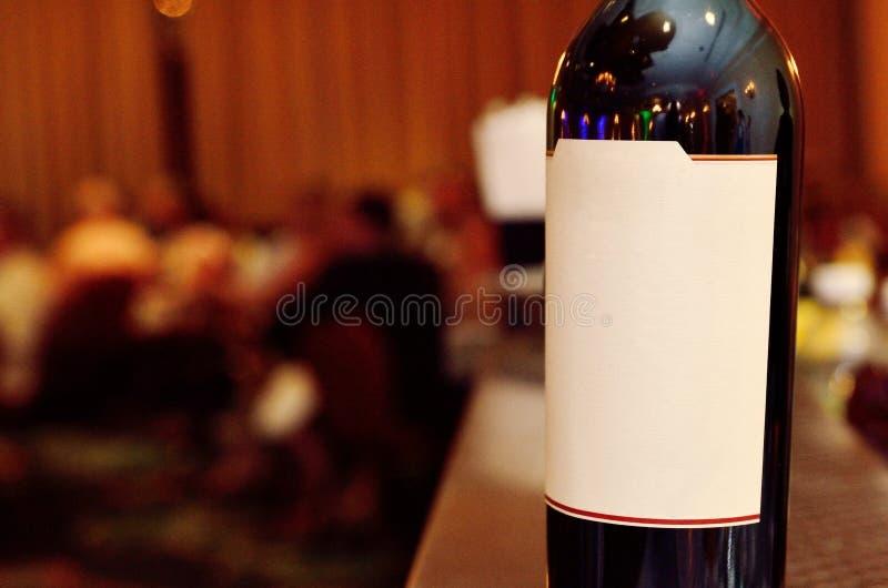 Bottiglia di vino con il contrassegno in bianco fotografie stock