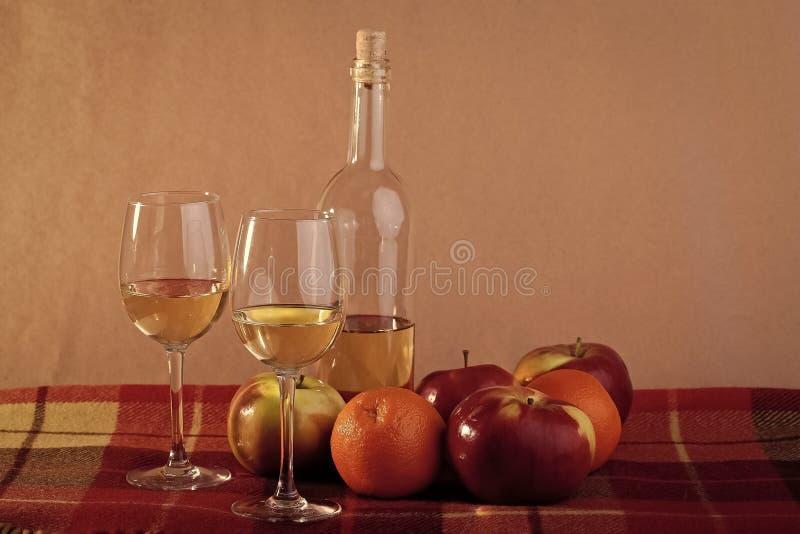 Bottiglia di vino due vetri e frutti immagine stock