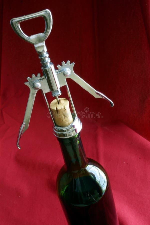 Bottiglia di vino e cavaturaccioli fotografie stock