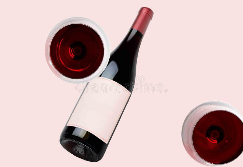 Bottiglia di vino e due vetri del modello Contrassegno in bianco immagini stock libere da diritti