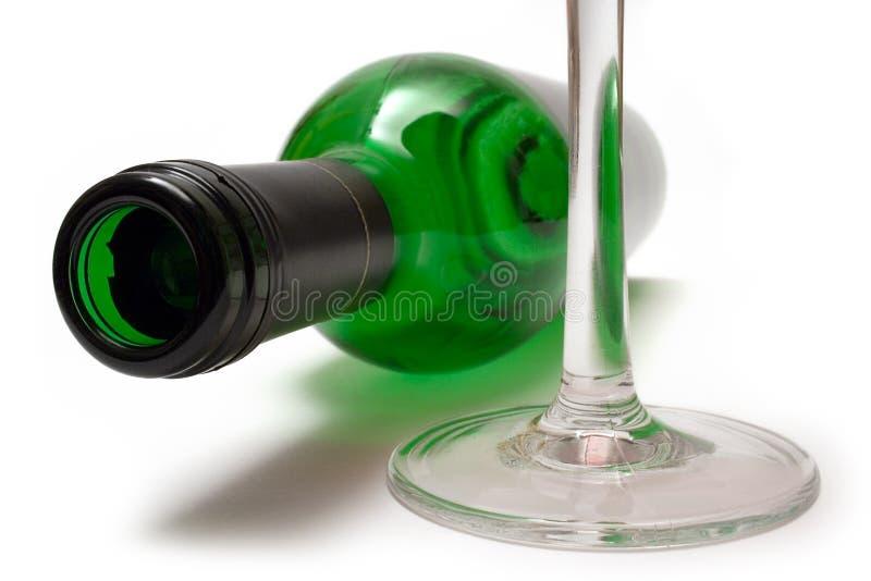 Bottiglia di vino e vetro di vino di menzogne fotografia stock