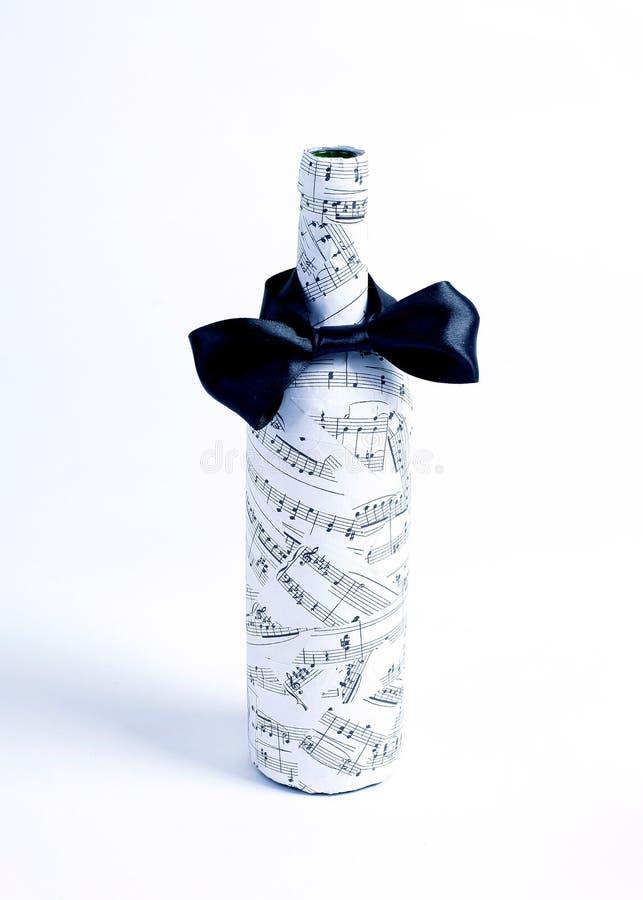 Bottiglia di vino festivo decorata Isolato su bianco immagine stock