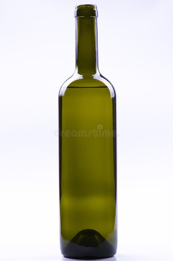 Bottiglia di vino isolata su priorità bassa bianca. fotografia stock libera da diritti