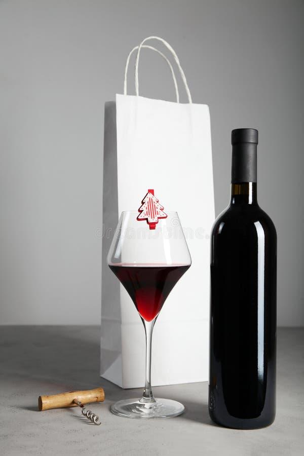 Bottiglia di vino rosso come regalo di Natale Festivit? festiva fotografie stock libere da diritti