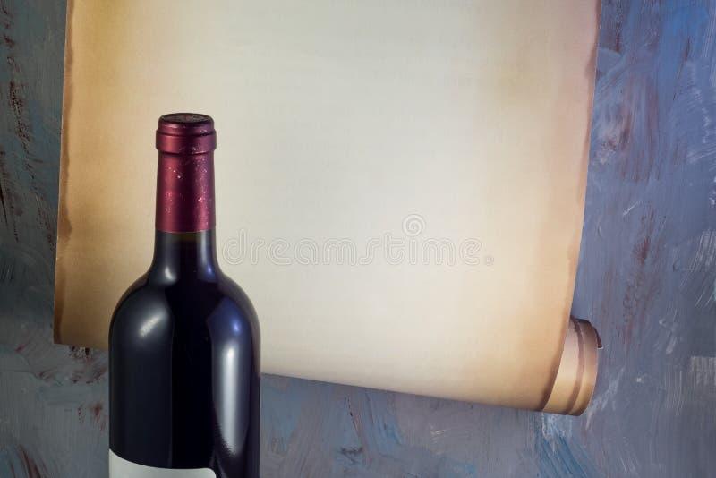 Bottiglia di vino sui precedenti di vecchio rotolo di carta fotografie stock