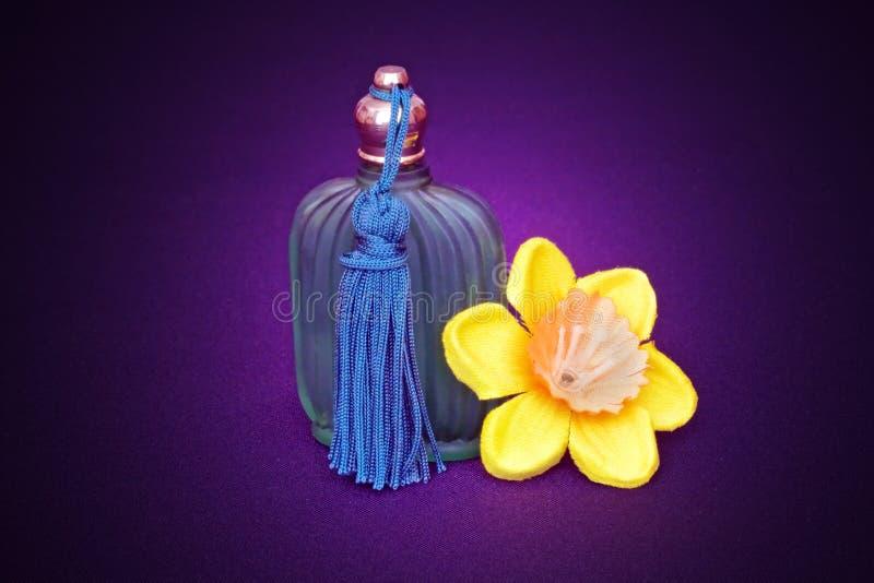 Bottiglia e daffodil di profumo immagine stock libera da diritti