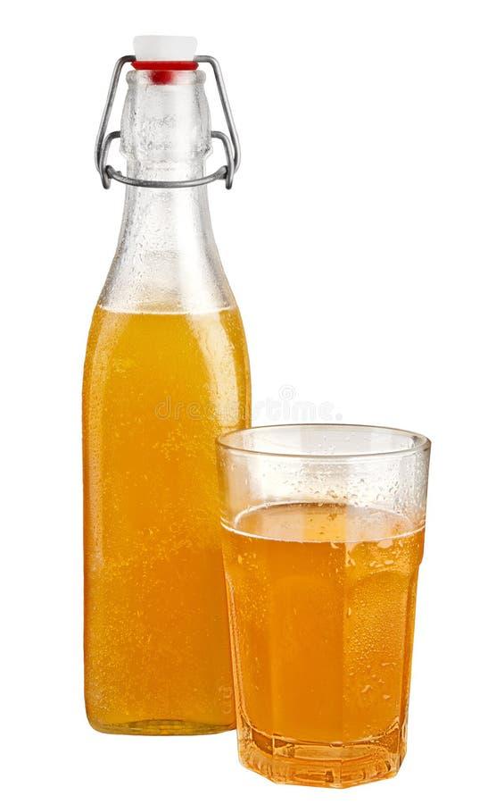 Bottiglia e di vetro in pieno dell'aranciata fotografie stock
