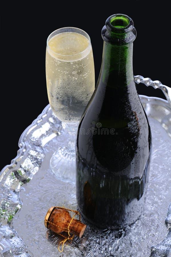 Bottiglia e scanalatura di Champagne sul cassetto immagine stock