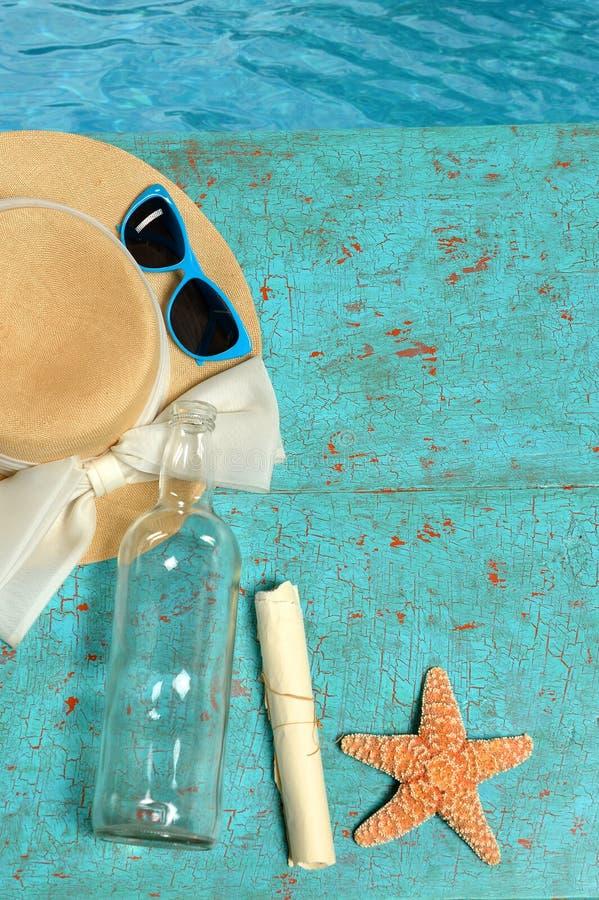 Bottiglia e stelle marine di ina del messaggio del cappello sulla piattaforma immagini stock libere da diritti