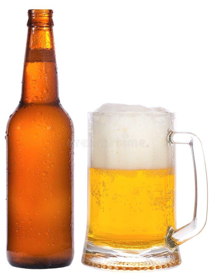 Bottiglia e tazza con birra fotografia stock