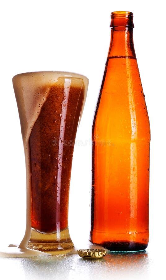 Bottiglia e vetro di birra fotografia stock