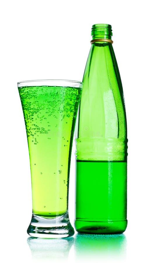 Bottiglia e vetro di soda immagini stock libere da diritti