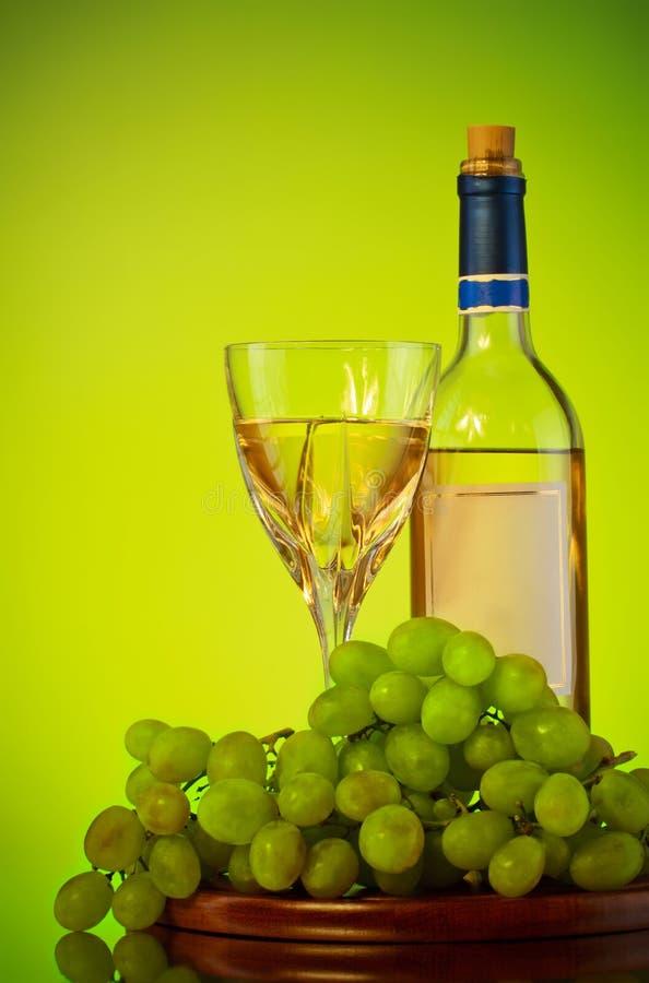 Bottiglia e vetro di vino, mazzo dell'uva fotografie stock libere da diritti