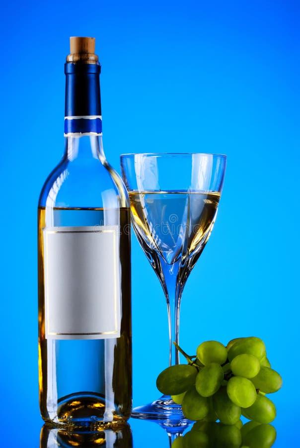 Bottiglia e vetro di vino, mazzo dell'uva immagini stock libere da diritti