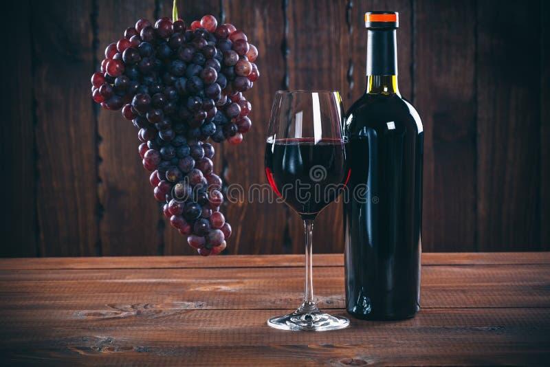 Bottiglia e vetro di vino rosso, fotografie stock libere da diritti