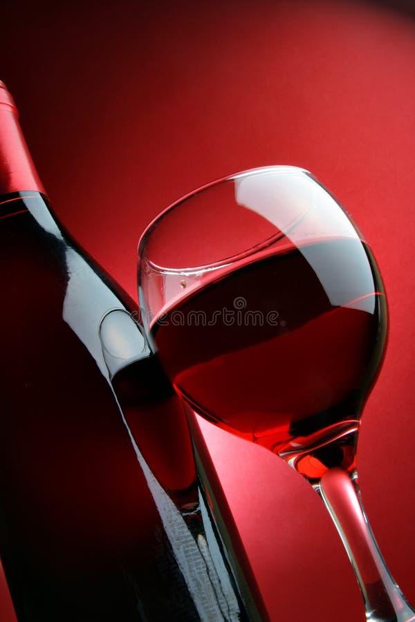 Bottiglia e vetro di vino rosso fotografie stock libere da diritti