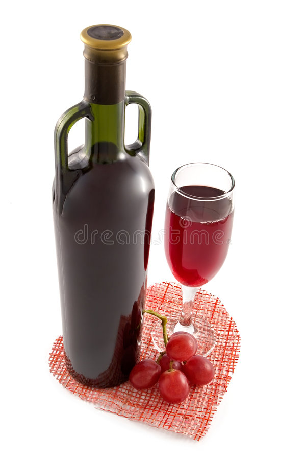 Bottiglia e vetro di vino rosso su una priorità bassa di cuore fotografie stock libere da diritti