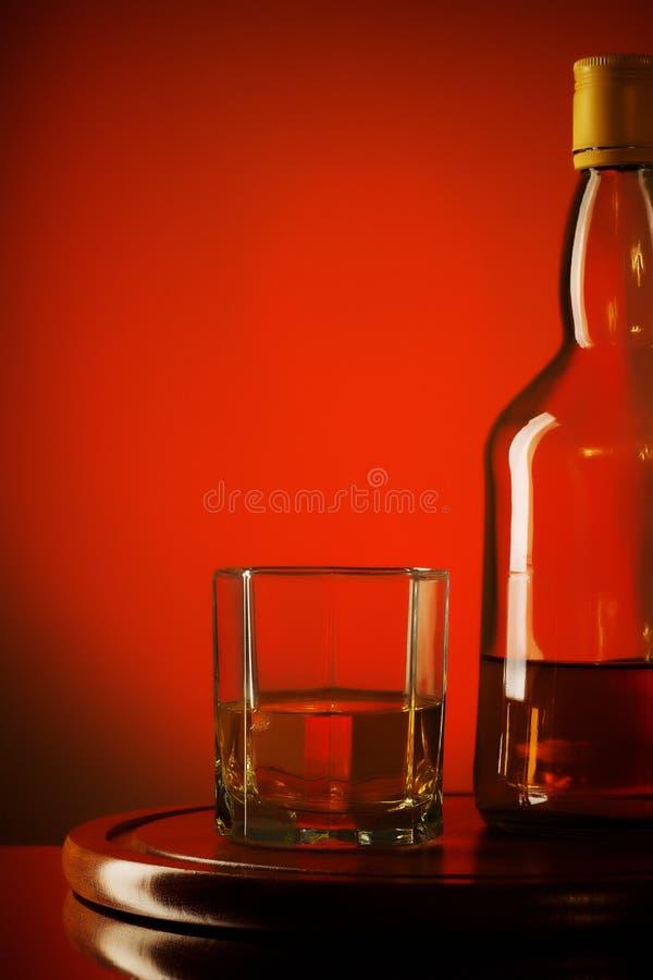 Bottiglia e vetro di whiskey fotografia stock